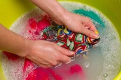 Kvinnlig handwashkläder Arkivbild