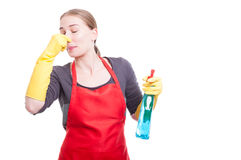 Kvinnlig hembiträde som avskyr den aweful lukten Arkivbild