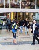 Kvinnlig hemlös stor frågetidskriftsäljare i Leeds Royaltyfri Fotografi