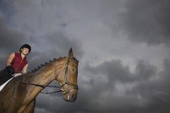 Kvinnlig hästrygg Rider Sitting On Horse Arkivfoton