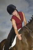 Kvinnlig hästrygg Rider Stroking Horse Royaltyfri Bild