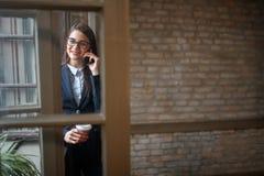 Kvinnlig i angenäm konversation vid telefonen royaltyfri foto