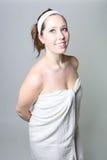 Kvinnlig i den vita handduken och huvudbindeln royaltyfria bilder