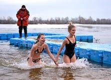 Kvinnlig i kallt vatten, Epiphany i Kiev, Ukraina, Royaltyfri Fotografi