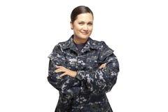 Kvinnlig i marinlikformig med korsade armar Arkivfoto