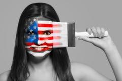 Kvinnlig i nationella färger av Förenta staterna av Amer Royaltyfri Foto