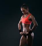 Kvinnlig i sportar som beklär att koppla av efter genomkörare Arkivbild