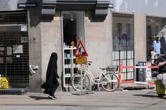 Kvinnlig i svart niqab fotografering för bildbyråer
