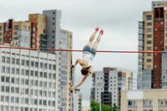 Kvinnlig idrottsman nen för stavhopp Royaltyfria Foton