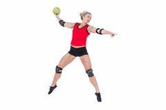 Kvinnlig idrottsman nen med armbågeblocket som kastar handboll Royaltyfri Foto