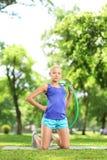 Kvinnlig idrottsman nen på ett öva mattt innehav ett hulabeslag Arkivfoton