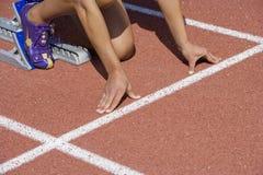 Kvinnlig idrottsman nen Ready To Race Royaltyfri Bild