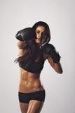 Kvinnlig idrottsman nen som övar boxning Arkivbild