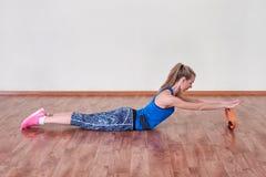 Kvinnlig idrottsman nen som gör sportövning Begrepp av hälso- och kroppomsorg arkivfoto