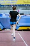 Kvinnlig idrottsman nen som konkurrerar i polvauen Arkivfoton