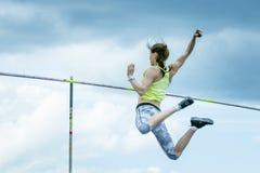 Kvinnlig idrottsman nen som konkurrerar i stavhoppet Arkivfoton