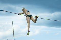 Kvinnlig idrottsman nen som konkurrerar i stavhoppet Arkivbilder