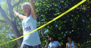 Kvinnlig idrottsman nen som segrar maratonloppet 4k arkivfilmer
