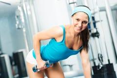 Kvinnlig idrottsman nenhantel Arkivfoto