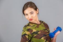 kvinnlig iklädd konditionmodell ett militärt kamouflageH Fotografering för Bildbyråer