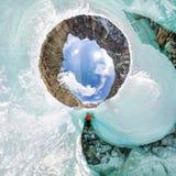 Kvinnlig inom sprickan i isglaciärerna Island sfärisk panorama 360 180 av den lilla planeten Royaltyfri Bild
