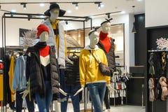 Kvinnlig inre för lager för skyltdockavinterkläder arkivfoto