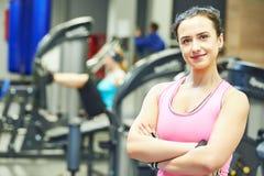 Kvinnlig instruktörstående på en idrottshall Royaltyfri Bild