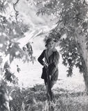 Kvinnlig jägare på kringstrykandet Royaltyfri Bild