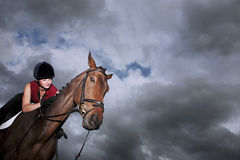 Kvinnlig jockey Riding On Horse Royaltyfria Bilder