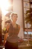 Kvinnlig jogger med en musikspelare Royaltyfri Foto