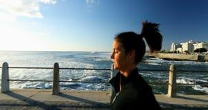 Kvinnlig jogger som joggar på sjösidan 4k stock video