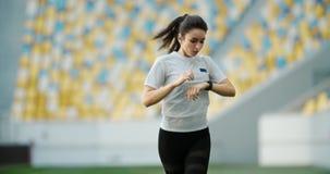 Kvinnlig Jogger som kör Smartwatch stock video