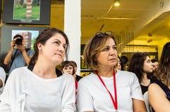 Kvinnlig jury som håller ögonen på konkurrensen på symposiet med åhörarna fotografering för bildbyråer
