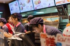 Kvinnlig kassörska som arbetar i KFC restaurangen Fotografering för Bildbyråer