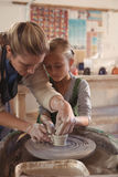 Kvinnlig keramiker som hjälper flickan Arkivbild