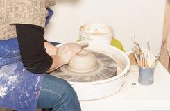 Kvinnlig keramiker som skapar en jord- krus Fotografering för Bildbyråer
