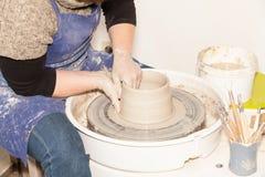 Kvinnlig keramiker som skapar en jord- krus Royaltyfria Foton