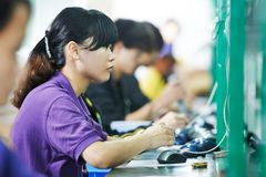 Kvinnlig kinesisk arbetare i fabrik Fotografering för Bildbyråer