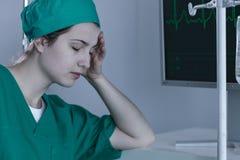 Kvinnlig kirurg under förskjutning Royaltyfri Foto