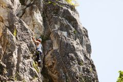 Kvinnlig klättrare på Doberdà ²brant klippa arkivfoto