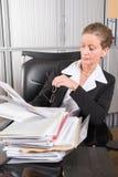 Kvinnlig kock i kontoret med mycket legitimationshandlingar Royaltyfri Fotografi