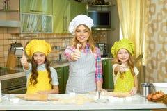 Kvinnlig kock och barn arkivfoton