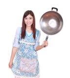 Kvinnlig kock som rymmer stekpannan isolerad på vit Arkivbilder