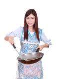 Kvinnlig kock som rymmer stekpannan isolerad på vit Royaltyfri Fotografi