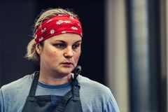 Kvinnlig kock Taking ett avbrott från den frustrerade målförberedelsen -, bekymrat, begrepp av en hård funktionsduglig person arkivfoto