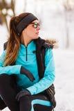 Kvinnlig konditionsportmodell som är utomhus- i kallt vinterväder royaltyfria foton