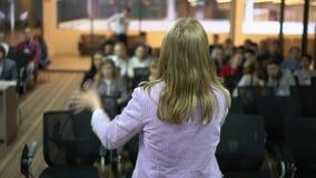 Kvinnlig konferens för företags affär för högtalaresamtal arkivfilmer