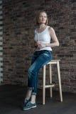 Kvinnlig konstnär med kort blont hår Royaltyfri Fotografi