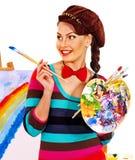 Kvinnlig konstnär på arbete Arkivbild