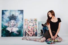 Kvinnlig konstnär på bildkanfas på vit bakgrund Flickamålare med borstar och paletten Konstskapelsebegrepp Arkivfoton
